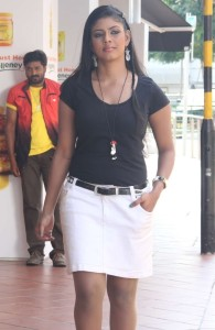 Iniya in Kan Pesum Vaarthaigal Movie Stills